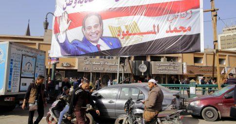 Egípcios caminham sob cartaz de eleitoral de Abdel Fattah Al-Sissi - Khaled Elfiqi / EPA