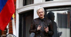 Julian Assange na janela da Embaixada do Equador em Londres em 19/05/2017. Foto: Reuters