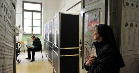 Italiana aguarda momento de votação, em Roma - Tiziana Fabi/AFP/VEJA