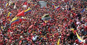 Venezuelanos acompanham cortejo de Hugo Chávez em março de 2013 - Miguel Angulo/France-Presse