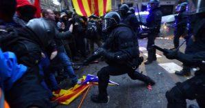Catalães são reprimidos durante manifestação contra prisão do ex-presidente Carles Puigdemont - Reprodução