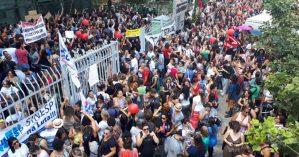 Servidores municipais em frente à Câmara Municiapl de São Paulo contra as reformas de Doria - Reprodução