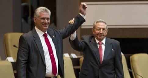 O novo presidente de Cuba, Miguel Díaz-Canel, ao lado do ex-presidente Raúl Castro na Assembleia Nacional em Havana - IRENE PEREZ AP