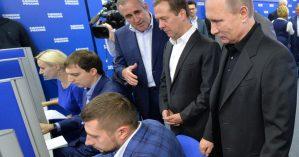 Vladimir Putin acompanha atividades em comitê de campanha de seu partido durante eleições parlamentares- ALEXEI DRUZHININ / AFP/GETTY IMAGES.