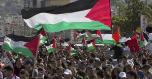 Ato com bandeiras da Palestina no Dia da Terra em 2014. Foto: Ahmad Gharabli/AFP