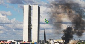 Manifestantes em ato contra temer em Brasília no ano passado – Estadão