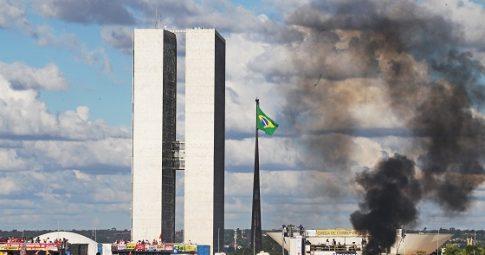 Manifestantes em ato contra temer em Brasília no ano passado - Estadão