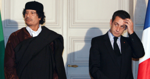Kadafi em encontro com Sarkozy em dezembro de 2007 em Paris - PATRICK HERTZOG / AFP