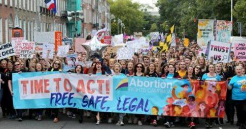 Protesto pelo direito ao aborto na Marcha pela Escolha, Dublin, Irlanda, em setembro de 2017 - reprodução