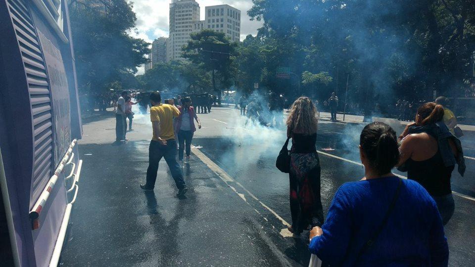 PM de Minas Gerais massacra professores
