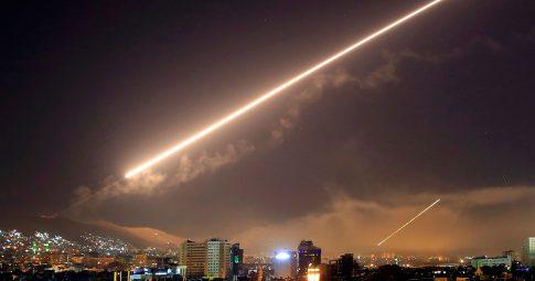 Míssil estadunidense cruza o céu de Damasco - Reprodução