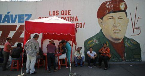 """""""Ponto vermelho"""", instalados perto dos locais de votação, eles serviram como forma de atrelamento do voto em Maduro à obtenção de mantimentos pela população - Reprodução"""