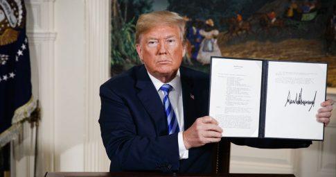 O presidente Donald Trumo exibe assinatura em memorando presidencial retirando EUA de acordo - Evan Vucci/AP