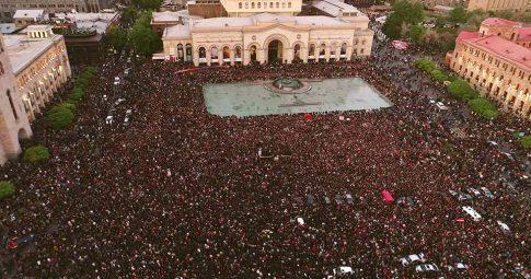 Centenas de milhares de pessoas tomam conta da Praça da República, em Erevan, na Armênia - Reprodução