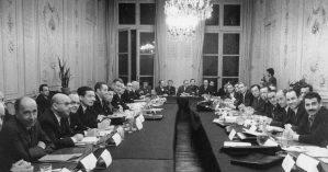 Negociações entre governo e manifestantes franceses no Ministério do Trabalho, em 1968- Reprodução