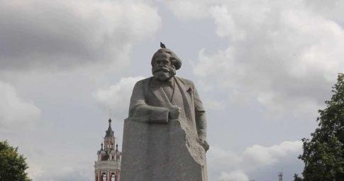 Estátua de Marx repousa sobre o chão de Moscou - Reprodução