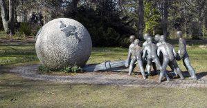 """Escultura sob o nome """"Conjunto para a Paz e a Justiça"""" (1996), de Xavier de Fraissinette, retrata o G7 como aqueles países a salvarem o mundo - Reprodução"""