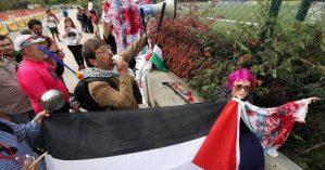 Manifestantes em protesto durante treino da Argentina contra a realização do amistoso - Albert Gea/REUTERS