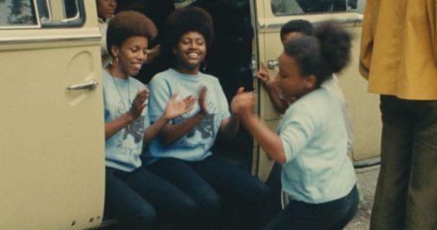 """Cena de """"Black Panthers"""", curta documentário de Agnès Varda rodado na cidade de Oakland, na Califórnia, em 1968."""