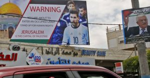 Outdoor com foto do jogador argentino Lionel Messi exposto na cidade de Hebron, na Cisjordânia, fotografado em 5 de junho - Hazem Bader/AFP