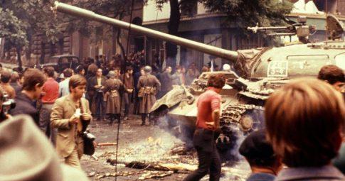Repressão durante a Primavera de Praga, em 21 de agosto de 1968 - Gamma-Keystone/Getty