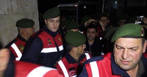 Selahattin Demirtas é cercado por autoridades - Reprodução