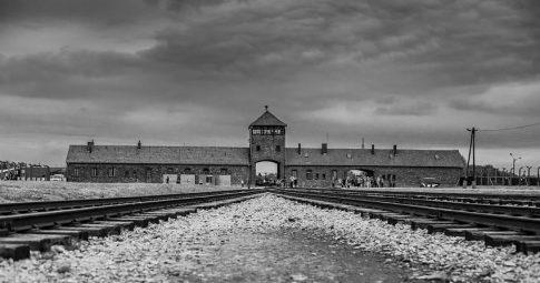 Vista da entrada do antigo campo de extermínio de Birkenau em Auschwitz na Polônia - Reprodução