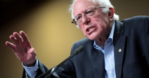 Bernie Sanders falando com apoiadores em Phoenix, AZ em julho de 2015. Gage Skidmore / Flickr