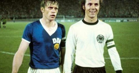 Os capitães Bernd Bransch, da Alemanha Oriental, e Franz Beckenbauer, da ocidental, em 1974 - Reprodução
