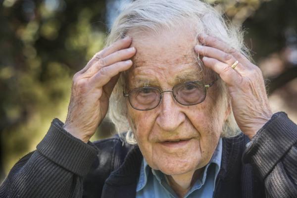Chomsky vê a decadência dos EUA além de Trump