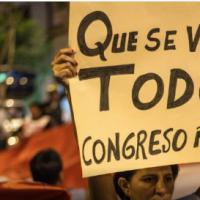 """""""Que se vayan"""" todos os corruptos: Novas eleições e nova constituição"""