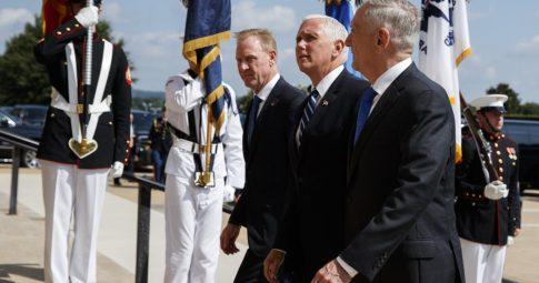 O vice-presidente Mike Pence antes de discursar no Pentágono sobre a criação da United States Space Force - AP Photo/Evan Vucci