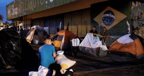 Venezuelanos acampam na cidade de Pacaraima - Nacho Doce/Reuters