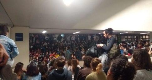 Estudantes se reúnem em campus da PUC-SP.