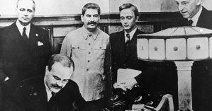23 de agosto de 1939: Vyacheslav Molotov, ministro dos Negócios Estrangeiros russo, assina o pacto de não agressão negociado entre a Rússia soviética e Alemanha, no Kremlin, Moscou. - Foto: Getty Images