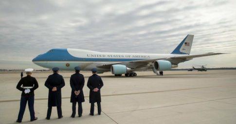 Militares observam avião presidencial estadunidense com Trump a bordo em fevereiro de 2017 - AP Photo
