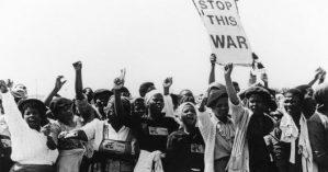 Mulheres protestam contra a presença das forças militares do apartheid na África do Sul na década de 1970 - ANC Archives