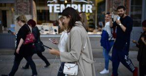 Pedestres interagem com o jogo Pokemon Go, na Alemanha - Getty Images