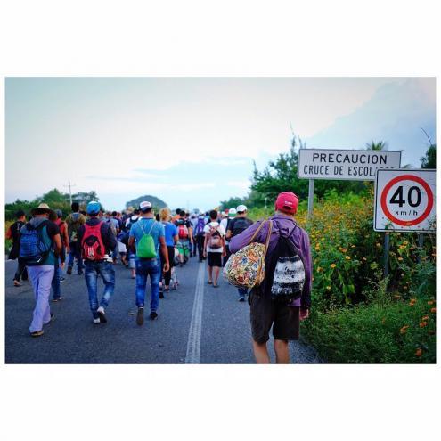 Migrantes cercados por gás lacrimogénio e ordens de expulsão
