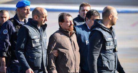 Cesare Battisti, preso, ao desembarcar em Roma - Alberto Pizzoli / AFP