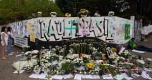 Muros da Escola Estadual Professor Raul Brasil, em Suzano, com homenagens às vítimas do massacre. Foto: Diego Padgurschi.