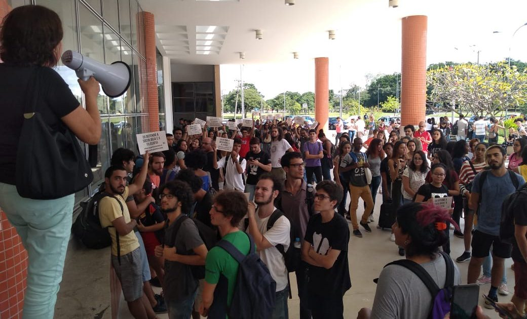 Nossa arma é a educação: à luta imediata contra os cortes, a censura, em defesa da universidade!