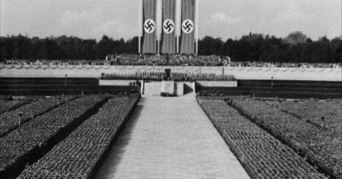 """Cena de """"O Triunfo da Vontade"""" de Leni Riefenstahl"""