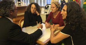 Deputada Luciana Genro levou demandas de Kátia Suman e Jaqueline Custódio, da Amacais, ao líder do governo na Assembleia, deputado Frederico Antunes | Foto: Juliana Almeida