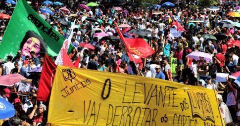 Centenas de milhares ocupam as ruas do Brasil contra Bolsonaro