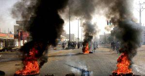 Manifestantes sudaneses usam pneus queimados em barricadas nas ruas de Cartum. Reuters