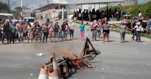 Familiares de presos protestam na entrda de presídio em Manaus - Reprodução