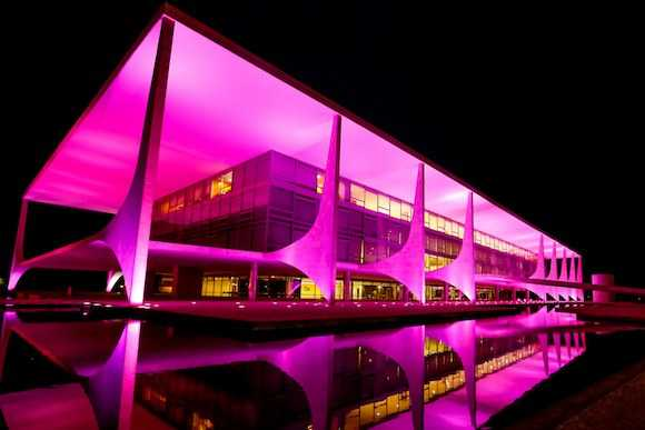 Outubro Rosa: só luzes e fitas coloridas não resolvem