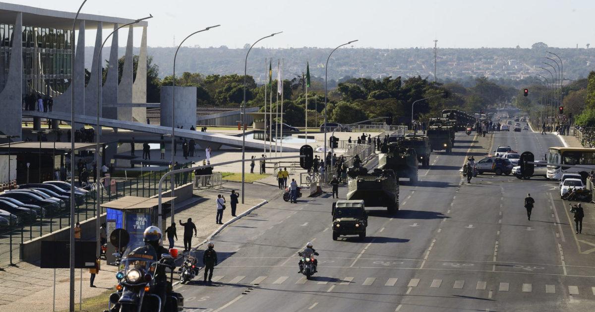 O desfile dos tanques e a ameaça de Bolsonaro às liberdades democráticas