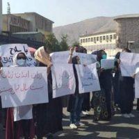 Mulheres caminham pela democracia contra o Talibã fascista